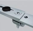 Надійне з'єднання елементів середнього запору та лінійного подовжувача за допомогою самореза (аналог з'єднання кутової передачі і приводу), що виключає їх роз'єднання або некоректну роботу.