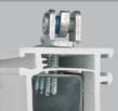 Положення отворів нижньої петлі запроектовані таким чином, щоб всі саморізи опори нижньої петлі вкручувалися в армування рами.